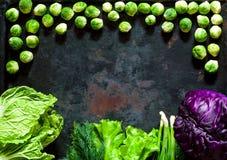 Fond de nourriture de différents chou de types pourpre frais, de chine et choux de bruxelles sur le fond rouillé en métal de vint Image stock