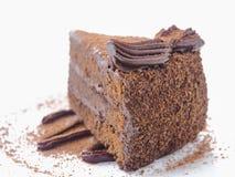 Fond de nourriture Morceau de gâteau de chocolat sur le blanc La tranche de 'brownie' frais a arrangé du plat blanc photo stock