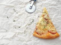 Fond de nourriture Morceau de pizza de pepperoni nouvellement fabriquée sur le parchemin de cuisson images stock