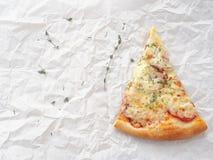 Fond de nourriture Morceau de pizza de pepperoni nouvellement fabriquée sur le parchemin de cuisson photo stock