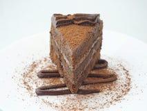 Fond de nourriture Partie de gâteau de chocolat d'isolement sur le blanc La tranche de 'brownie' frais a arrangé du plat blanc Im photos libres de droits