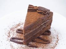 Fond de nourriture Partie de gâteau de chocolat d'isolement sur le blanc La tranche de 'brownie' frais a arrangé du plat blanc Im photos stock