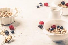 Fond de nourriture de petit déjeuner Granola avec du lait et des baies sur la table blanche image stock