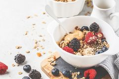 Fond de nourriture de petit déjeuner Granola avec les graines de chanvre, la poudre de maca, le beurre d'arachide et les baies su images libres de droits