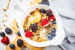 Fond de nourriture de petit déjeuner Granola avec les graines de chanvre, la poudre de maca, le beurre d'arachide et les baies su image stock