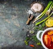 Fond de nourriture pour sain, le régime ou le végétarien faisant cuire des recettes avec les légumes frais et les ingrédients d'é Photographie stock