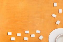 Fond de nourriture - sucre raffiné et une tasse blanche sur le dessus images libres de droits