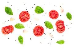 fond de nourriture de tomate, d'ail et de basilic sur le fond blanc Vue supérieure Photo libre de droits