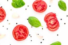 fond de nourriture de tomate, d'ail et de basilic sur le fond blanc Vue supérieure Images stock