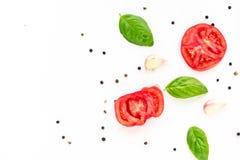 fond de nourriture de tomate, d'ail et de basilic sur le fond blanc Vue supérieure Image libre de droits