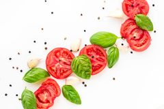 fond de nourriture de tomate, d'ail et de basilic sur le fond blanc Vue supérieure Photos libres de droits