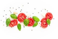 fond de nourriture de tomate, d'ail et de basilic sur le fond blanc Vue supérieure Photographie stock