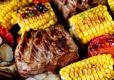Fond de nourriture de viande, de maïs et des légumes cuits au four Photo libre de droits
