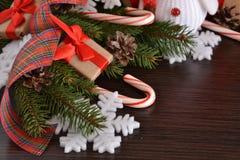 Fond de nouvelle année avec des cadeaux, des bonbons et un bonhomme de neige images libres de droits