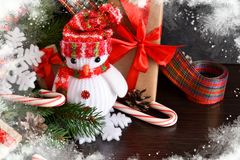 Fond de nouvelle année avec des cadeaux, des bonbons et un bonhomme de neige photos stock