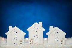Fond de nouvelle année avec des cottages dans la neige Photos libres de droits