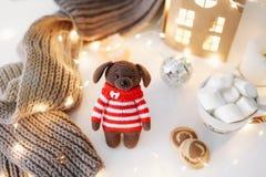 Fond de nouvelle année avec un chien de jouet Photos libres de droits