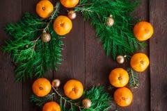 Fond de nouvelle année de Noël avec des mandarines et une guirlande des branches de sapin Hiver toujours Foyer sélectif Copiez l' photo stock