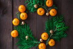 Fond de nouvelle année de Noël avec des mandarines et une guirlande des branches de sapin Hiver toujours Foyer sélectif Copiez l' photos stock
