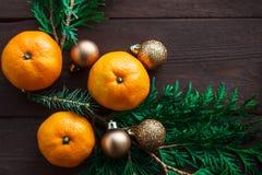 Fond de nouvelle année de Noël avec des mandarines et une guirlande des branches de sapin Hiver toujours Foyer sélectif Copiez l' images stock