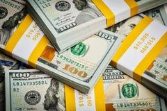 Fond de nouvelles 100 factures de billets de banque de dollars US Images stock