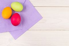 Fond de Pâques avec des oeufs de pâques Oeufs de pâques colorés avec le pur Photographie stock libre de droits