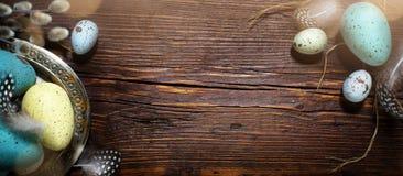 Fond de Pâques avec des oeufs de pâques sur la table de vintage Photo stock