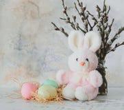 Fond de Pâques avec les oeufs colorés, les brins du saule et le p rose Images stock
