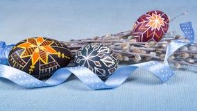 Fond de Pâques avec les oeufs etnic peints à la main, chat-saule et image libre de droits