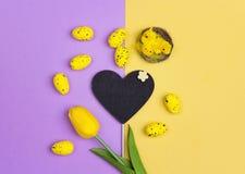Fond de Pâques avec un tableau-coeur propre, oeufs décoratifs Photos stock