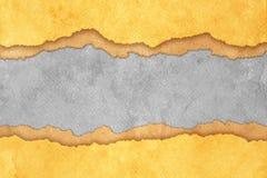Fond de papier déchiré par grunge avec des pistes Image libre de droits