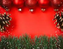 Fond de papier texturisé rouge de Noël, décor de boules Image libre de droits