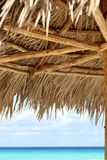 Fond de parapluie de plage et d'eau d'émeraude Photographie stock