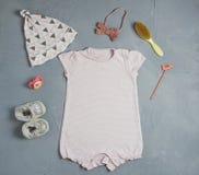 Fond de partie de fête de naissance avec des accessoires de bébé sur le fond blanc avec l'espace vide pour le texte, vue supérieu photos stock