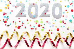 Fond de partie de 2020 réveillons de la Saint Sylvestre avec des confettis et des flammes de papier sur le fond blanc image stock