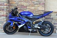 Fond de pavé rond de moto de bleu royal Image libre de droits