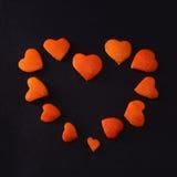 Fond de peau de mandarine de fruit sous la forme de coeur photo libre de droits