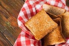 Fond de petit déjeuner, pains grillés sur le plan rapproché à carreaux de serviette Photos stock