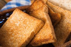 Fond de petit déjeuner, pains grillés sur le plan rapproché à carreaux de serviette Image libre de droits