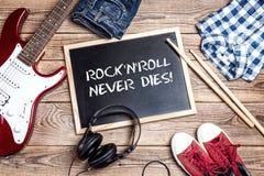 Fond de petit pain de ` du ` n de roche avec le tableau noir, guitare électrique, drumsti Photo libre de droits