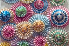 Fond de petits gâteaux Objets colorés en gros plan Parapluies pour le fond coloré lumineux de fond de cocktails photographie stock