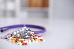 Fond de pharmacie sur une table blanche Comprimés sur un fond blanc Pillules Médecine et sain Image stock