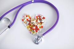 Fond de pharmacie sur une table blanche Comprimés sur un fond blanc Pillules Médecine et sain Photographie stock libre de droits