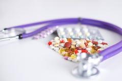 Fond de pharmacie sur une table blanche Comprimés sur un fond blanc Pillules Médecine et sain Photo stock
