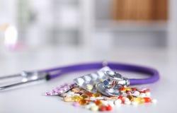 Fond de pharmacie sur une table blanche Comprimés sur un fond blanc Pillules Médecine et sain Images libres de droits