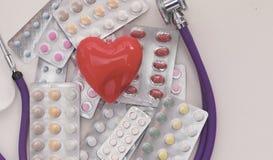 Fond de pharmacie sur une table blanche Comprimés sur un fond blanc Pillules Médecine et sain Images stock