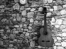 Fond de pierre de mur de guitare et d'horloge image stock