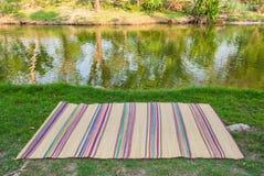 Fond de pique-nique que vous pouvez mettre la chose vous voulez sur le tapis Photo stock