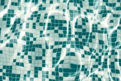 Fond de piscine - l'eau ondulée par bleu dans fin de cadre de piscine la pleine - fond de concept de vacances et de vacances images libres de droits