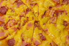 Fond de pizza - macro tir de pizza de pepperoni image stock